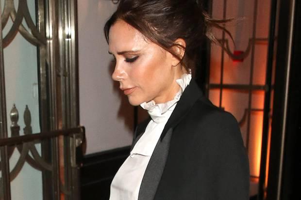 Victoria trägt zu einer Award-Verleihung den gleichen Look: Sie hat sich den Blazer lässig über die Schultern geworfen und verzichtet im Gegensatz zu Chloe auf farbige Lippen, setzt aber mit ihrer zartgelben Marlenehose einen farblichen Akzent.