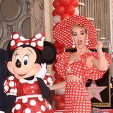 """22. Januar 2018  Besonders Kinder dürften sich über den neuen Stern am """"Walk of Fame"""" freuen: Disneys Minnie Mouse wird mit der begehrten Bodenfliese geehrt. Begleitet wird Mickeys Angebetete von Stars wie Katy Perry. Die Sängerin hat sich extra dafür ein rotes Pünktchenkleid für den lustigen """"Minnie Mouse""""-Partnerlook ausgesucht."""