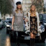 Auf den Weg zu Dior haben sich auch die Ferragni-Schwestern Chiara und Valentina gemacht. Sie schreiten gemeinsam durch Paris' Straßen.
