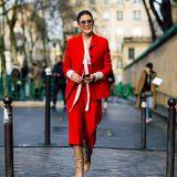 Als Lady in Red ist Olivia Palermo auf dem Weg zur Show von Dior und sieht fantastisch aus.