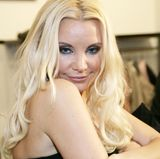 """2006  Zwei Jahre und eine Reality-Show später machen """"Foffi"""" und """"Tatti"""" Schluss. Tatjnas Haare werden immer heller, ihre Augen mit Hilfe von Kontaklinsen vorübergehend blau und ihr Gesicht durch ihre Besuche beim Beauty-Doc offensichtlich immer straffer."""