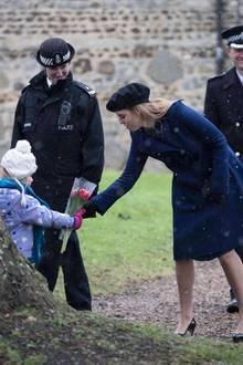 21. Januar 2018  Ein kleiner royaler Fan hat im Schnee vor der Kirche gewartet und hat das Glück, dass Prinzessin Beatrice die Blumen entgegennimmt.