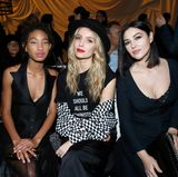 Am Catwalk sitzen Willow Smith, Annabelle Wallis und Monica Bellucci direkt nebeneinander.