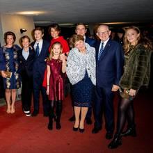 Aufstellen zum Gruppenfoto: Prinzessin Margriet und Ehemann Pieter van Vollenhoven mit den vier Söhnen Peiter Christiaan (1.v.l.), Marits (3.v.r.), Bernhard (7.v.l.) und Floris (5.v.l.) sowie den vier Schwiegertöchtern und sieben von elf Enkelkindern.