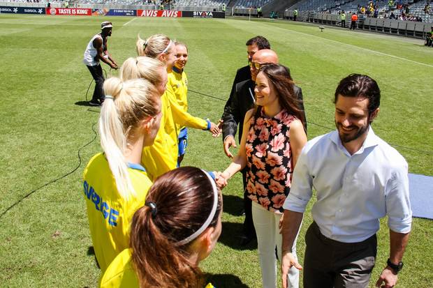 Sofia und Carl Philip grüßen die schwedische Damenfußballmannschaft.