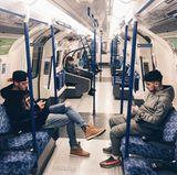 """""""Mache diese Touristensache heute"""", postet Fußballstar Mesut Özil (li.). Der deutsche Nationalspieler steht beim englischen Top-Klub FC Arsenal unter Vertrag und nutz die freie Zeit um London zu erkunden. Kaum zu glauben, dass der Superstar sich frei in der U-Bahn bewegen kann."""