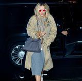 Im übergroßen Mantel und mit zerzaustem Haar kommt Rita Ora in New York an, nachdem sie nur wenige Stunden vorher noch in Chanels Front Row in Paris gesessen hat.