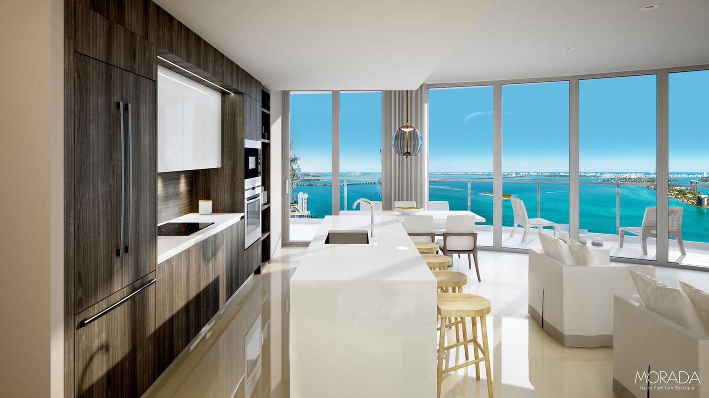 Dinner mit Ausblick. Die Küche und der Essbereich bieten einen Panoramaausblick auf die Biscayne Bay. Die Gesamtwohnfläche des Luxusapartments von Timberland beträgt ca. 437 Quadratmeter. Komplettiert wird die Wohneinheit durch eine ca. 121 Quadratmeter große Terrasse.