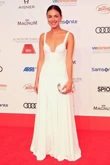 Kaviar Gauche ist für seine wunderschönen Hochzeitskleider bekannt. Kein Wunder also, dass Janina Uhse in einem Kleid des Labels wie eine strahlende Braut aussieht. Damit der Look auf dem Red Carpet des Deutschen Filmballs funktioniert, greift die Schauspielerin zu einer coolen Clutch und verzichtet auf Accessoires, die zusätzlich nach Wedding schreien.