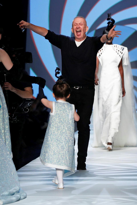 Star-Designer Jean Paul Gaultier freut sich über seinen kleinen Laufsteg-Besuch am allermeisten.