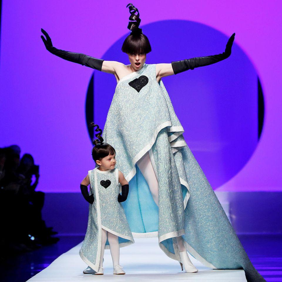 Platz da! Hier kommt mein Mini-Me! Topmodel Coco Rocha und ihre süße Tochter Ioni bezaubern bei der Show von Jean Paul Gaultier im Partnerlook.