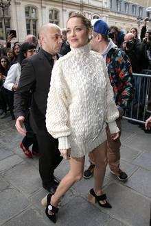 Strick-Schönheit: Marion Cotillard hat sich für die Show von Jean Paul Gaultier warm eingepackt.