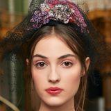 Chanel setzt für die Haute Couture Show auf hübsche Gesichter, die romantisch-mädchenhaft geschminkt werden: Passend zur Location - der Pariser Grand Palais wurde in eine betörende Gartenlandschaft verwandelt - ist das Make-up frisch und rosig.