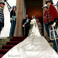 In Australien, der Heimat der Braut, hat es zwischen den beiden gefunkt: Prinz Frederik heiratet Mary Donaldson am 14. Mai 2004 und macht sie damit zur neuen Kronprinzessin.  Gefunkt hatte es zwischen den beiden in einer Bar in Australien, wo am selben Abend auch noch Spaniens Thronfolger Felipe einkehrte.