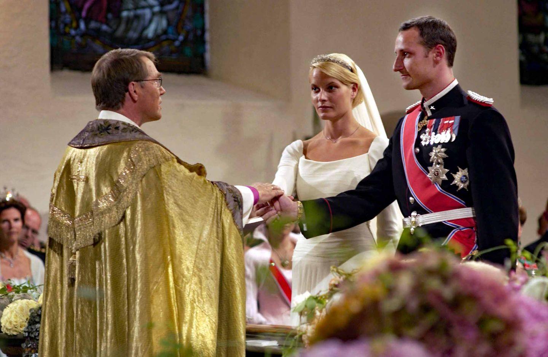 Auch sie mussten um ihre Liebe kämpfen: Kronprinz Haakon hatte sich in Mette-Marit Tjessem Høibyverliebt. Dass sie einen unehelichen Sohn hatte, störte weniger, als die wilde Vergangenheit der Prinzen-Freundin. Ehe die beiden am 25. August 2001 den kirchlichen Segen erhalten, ist es ein langer und sehr emotionaler Weg ...