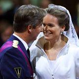 """Prinz Philippe, Thronerbe in Belgien, gilt lange als schüchtern und ein wenig farblos. InMathilde d'Udekem d'Acoz, die aus einem belgischen Grafengeschlecht stammt, findet er seine Traumprinzessin - und es scheint Liebe auf den ersten Blick gewesen zu sein. Er habe gewusst """"das ist sie"""", sagt der Kronprinz später. Einige Jahre halten sie die Beziehung geheim, ehe Mathilde offiziell als Freundin vorgestellt wird. Am 4. Dezember 1999 wird sie mit der Hochzeit Prinzessin von Belgien."""