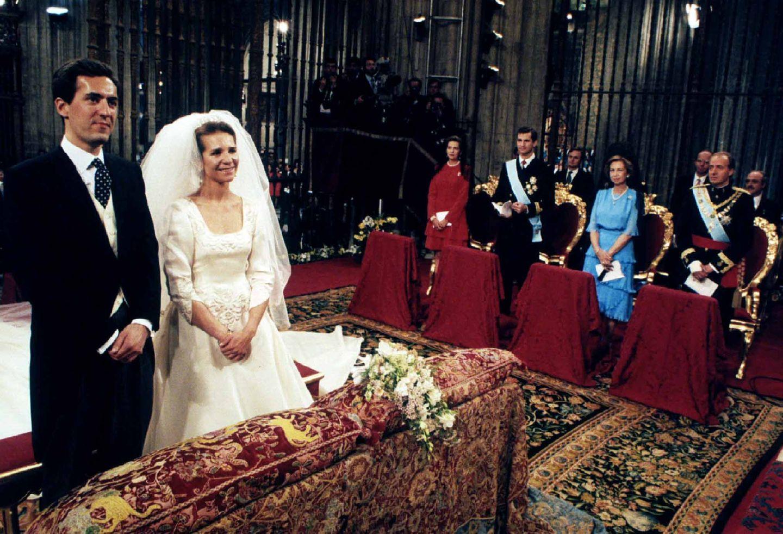 König Juan Carlos Tochter Prinzessin Elena vermählt sich mit demGrafensohn Jaime de Marichalar y Sáenz de Tejadaam 18. März 1995 in Sevilla. Das Paar bekommt den Titel Herzog und Herzogin von Lugo.