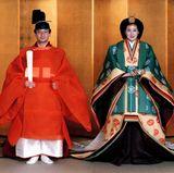 Masako Owada ist eine Diplomaten-Tochter mit Harvard- und Oxford-Abschluss am Anfang einer internationalen Karriere, als sie den japanischen Kronprinz Naruhito Mitte der 1980-er Jahre kennenlernt.   Sie nimmt sich einige Bedenkzeit, eher sie - Jahre nach dem ersten Treffen - schließlich seinen Heiratsantrag annimmt,.Am 9. Juni 1993 geben sich Masako und Naruhito in einer traditionellen Zeremonie schließlich aber das Jawort.