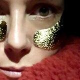 """Heidi Klums strahlender Teint kommt nicht von ungefähr. Sie zeigt in ihrer Instagram-Story, dass sie sich ihren """"Golden Glow"""" mit Eye-Patches klebt, die einen leichten Schimmer unterhalb der Augen zurücklassen."""