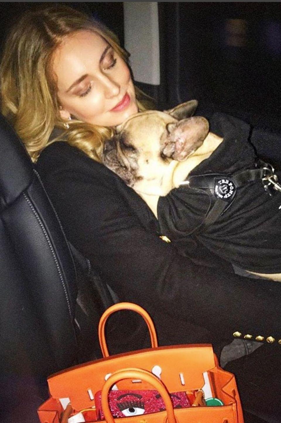 Chiara Ferragni und Hündin Matilda sind schon ganz müde.
