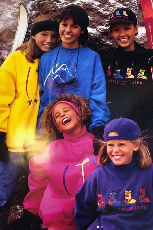 Jessica Biel und Jessica Alba  Erkennen Sie auf diesem Foto aus den 90er Jahren die beiden Hollywoodstars? Schauen Sie genauer hin. Gemeint ist das Mädchen mit dem gelben Pullover und das mit dem schwarzen Base-Cap ...