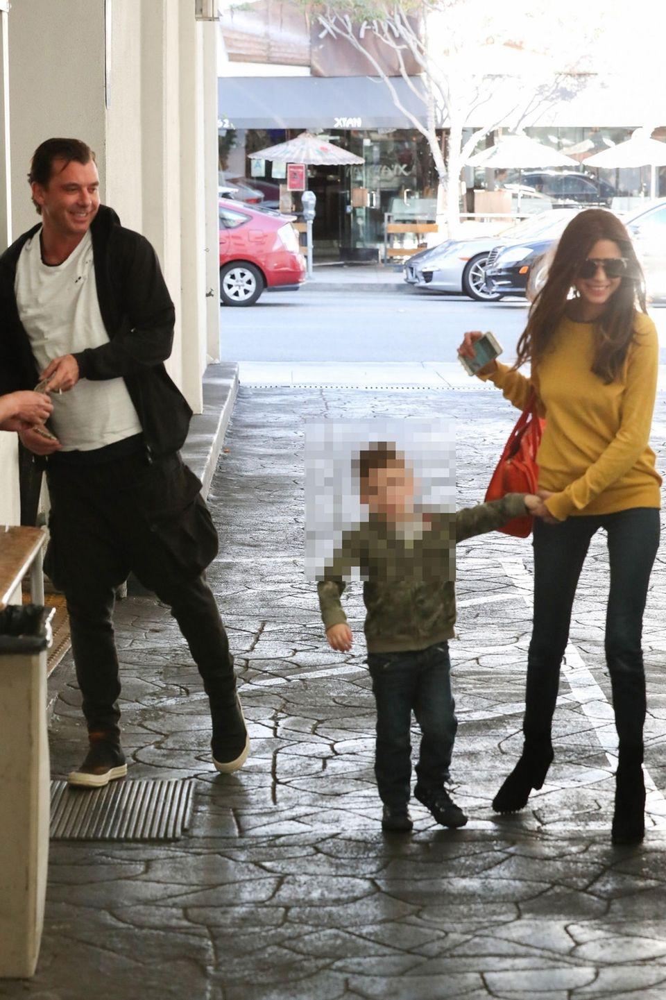 Gavin Rossdale mit unbekannter Frau und deren Sohn