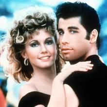 Grease  Die unvergessliche Liebesgeschichte zwischen zwei Highschool-Teenagern hat Olivia Newton-John und John Travolta zu großen Hollywoodstars gemacht. Die Musical-Verfilmung hat 1978 einen noch nie dagewesenen Disco-Hype ausgelöst. 40 Jahre später treffen Olivia und John wieder aufeinander; und haben sich genauso gern wie früher ...