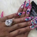Ja, richtig gelegen! Der eingefasste XXL-Diamant an ihrem linken Ringfinger ist jenes Schmuckstück, das sie von Rapper Offset bekommen hat und das zusätzlich zu ihren Nägeln für den Mega-Bling sorgt. Für 440.000 Euro darf man aber auch schon ein gewisses Funkeln erwarten.