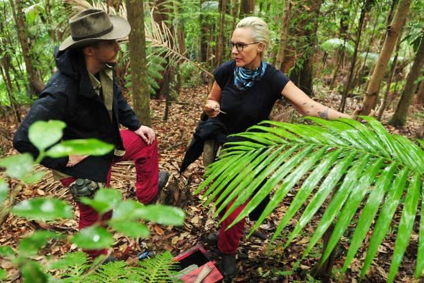David und Natascha kämpfen sich bei der Schatzsuche durch den Dschungel.