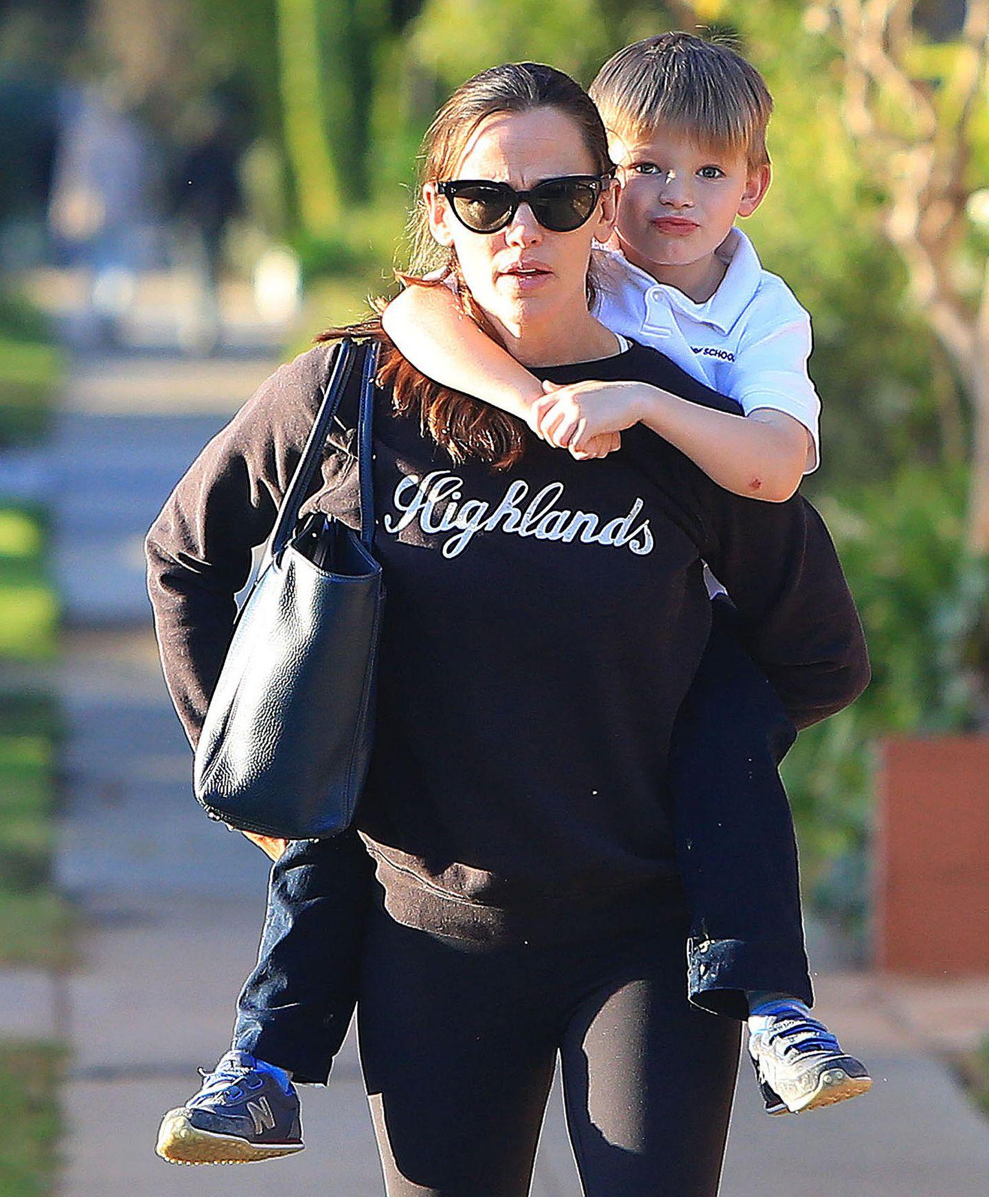 25. Januar 2018  Unterwegs in Brentwood, Los Angeles: Mama Jennifer Garner trägt Sohn Samuel huckepack.