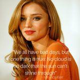 Topmodel Miranda Kerr ruft mit diesem Spruch dazu auf, immer das schöne im Leben zu sehen.