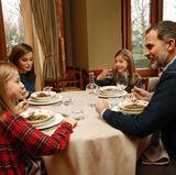 13. Januar 2018   Erfrischend privat:Königin Letizia und König Felipe gewähren Einblick in ihr tägliches Mittagessen im Zarzuela Palast mit ihren Töchtern Sofia und Leonor.