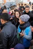 """Syrische Flüchtlingskinder versammeln sich um Hollywoodstar Angelina Jolie. In der jordanischen Stadt Mafraq besucht die Schauspielerin, die das Amt """"Hoher Flüchtlingskommissar der Vereinten Nationen"""" innehat, das """"Al Zaatri""""-Flüchtlingslager."""