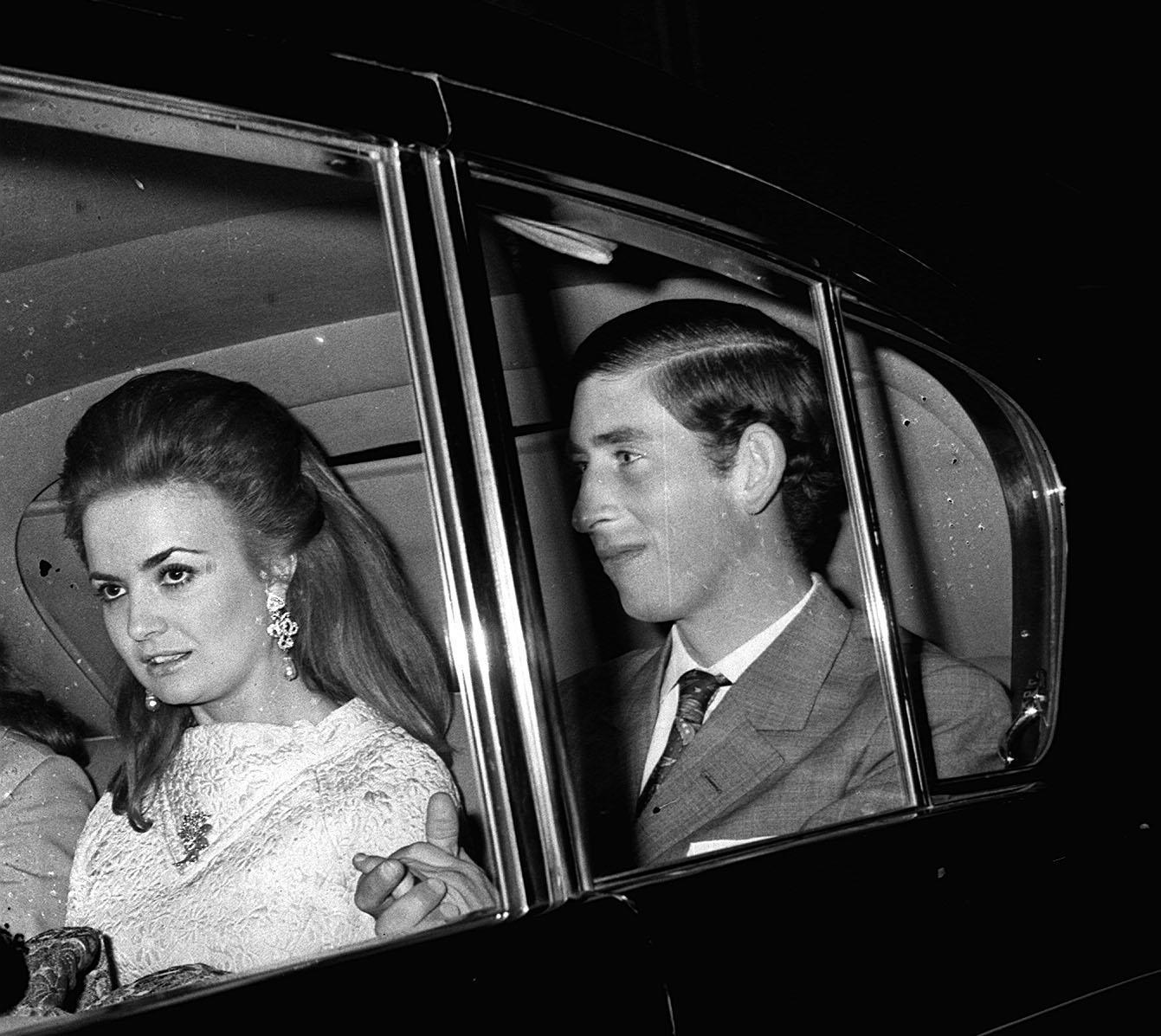 Nach einer Theatervorstellung entsteht dieser Schnappschuss von Prinz Charles und Lucia Santa Cruz 1970.