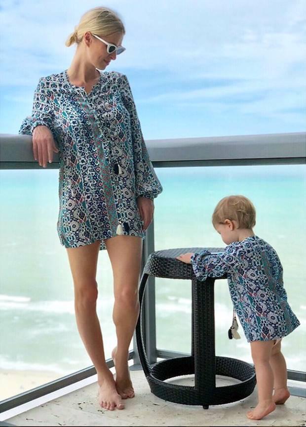 """Nicky Hilton und Töchterchen Lily Grace tanken Sonne im süßen Tunika-Partnerlook. """"My little mini me"""", schreibt die stolze Mama zu diesem Schnappschuss auf Instagram."""