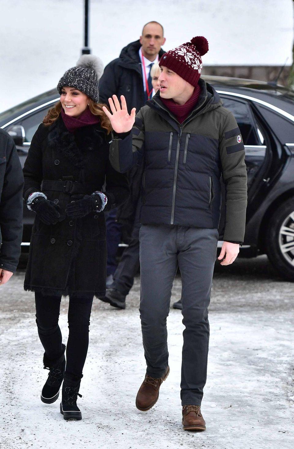 Schweden - Tag 1  Da sind sie! Erster Tag, erster Termin für Prinz William und Herzogin Catherine in Schweden. Im Vasparken von Stockholm schauen sie bei einem Bandy-Spiel zu und dürfen selbst den Schläger schwingen. Das Wetter ist nicht gerade royal-sonnig, sodass wollige Kopfbedeckungen angebracht sind.