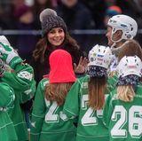 Schweden - Tag 1  Weibliche Fans und Bandy-Spielerinnen umringen Kate.