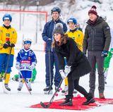 Schweden - Tag 1  Kates Schlag wird von den Umstehenden genau verfolgt. Ob sie das Tor trifft?