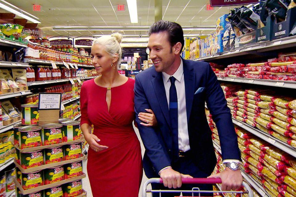 Carina und Daniel kaufen beim Einzeldate die Zutaten für das Candle-Light-Dinner ein.