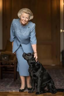 Zum 80. Geburtstag von Prinzessin Beatrix veröffentlicht der Hof eine Reihe neuer Porträts. Und ein vierbeiniger Freund der Jubilarin durfte dabei mit aufs Bild. Augen für die Kamera hat er dabei aber nicht, schließlich wird er von einer Ex-Königin gekrault.