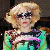 Bei diesem Look von Sängerin Lady Gaga weiß man gar nicht, wo man zuerst hinschauen soll. Zum kunterbunten Versace-Kleid kombiniert die Blondine ein besonders extravagantes Sonnenbrillen-Modell. Offenbar scheint die Sängerin eine echte Sammlung zu haben - denn bereits einen Tag später trug sie ein nicht weniger auffälliges Modell.