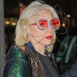 Dieses bunte Brillen-Modell erinnert ein wenig an Elton John. Paparazzi verpassen Lady Gaga mit dieser auffälligen Brille ganz bestimmt nicht. Die Sängerin kann aber auch anders.