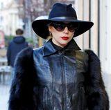 In Mailand setzt Lady Gaga nämlich auf ein komplett schwarzes Outfit, inklusive eleganter Sonnenbrille. Vielseitig sind also nicht nur die Outfits der Sängerin, sondern auch ihre Accessoires.