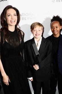 """9. Januar 2018  Gute Laune während der """"National Board of Review""""-Gala: Angelina Jolie, Shiloh und Zahara grinsen auf dem Red Carpet um die Wette."""