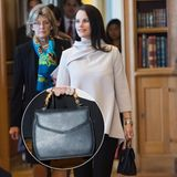 """Eigentlich ist die Tasche von Prinzessin Sofia äußerst schlicht, wird durch den Bambus-Henkel allerdings zu einem wahren Fashion-Piece. Bei dem Label """"Mix & Match"""" scheint es sich allerdings um einen wahren Insider zu handeln. Einen Online-Shop gibt es nicht."""