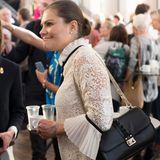 """Italienische Labels scheinen es den Schweden-Prinzessinnen angetan zu haben. Victoria besitzt neben ihrer Clutch von Bottega Veneta auch die """"Lock""""-Schultertasche von Valentino, die sonst besonders It-Girls tragen."""