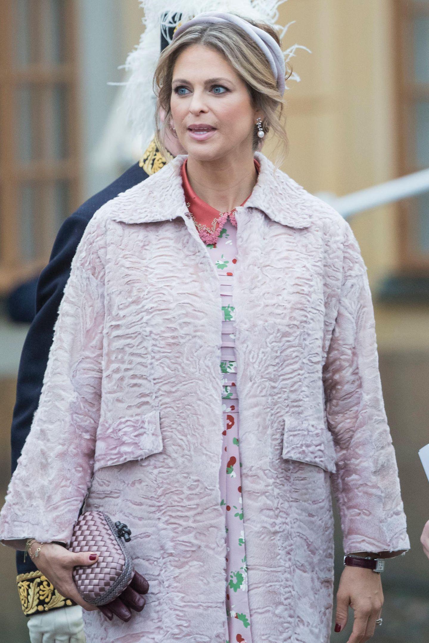 """Madeleine liebt das Modell der italienischen Traditionsmarke sogar so sehr, dass sie es gleich in zwei Farben besitzt. Die rosa """"Knot"""" aus Seide (ca. 1.400 Euro) trägt sie jedoch etwas seltener als ihr dunkler Zwilling."""