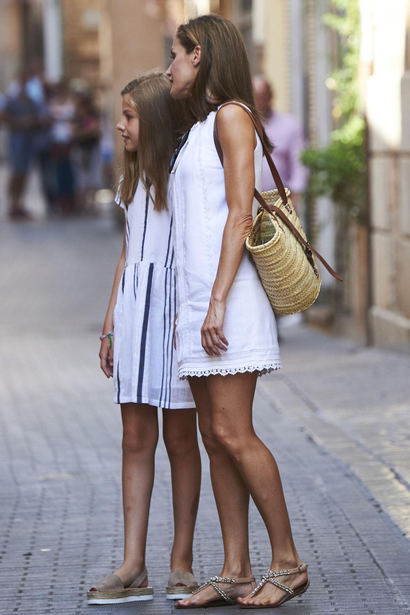 Zum sommerlichen Outfit wählt Königin Letizia einen großen Shopper aus Bast und beweist damit, dass es bei ihr nicht immer die extravaganten Luxus-Modelle sein müssen.
