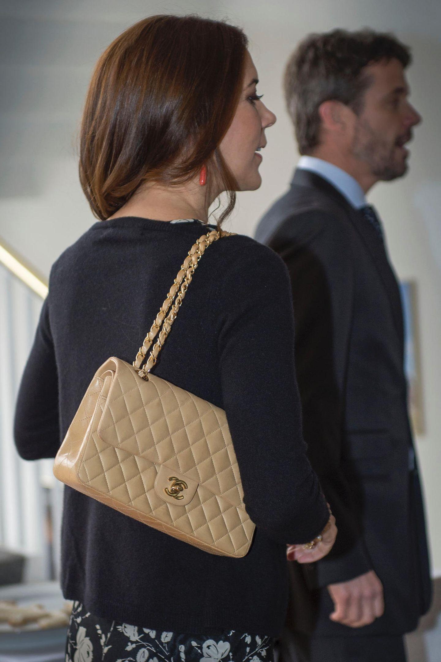 Prinzessin Mary schwört eigentlich auf skandinavische Labels. Einen französischen Klassiker hat sie dennoch in ihrem Schrank: die beige gesteppte Flap-Bag von Chanel.