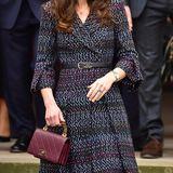 Très chic: Bei ihrem Besuch in Paris greift Herzogin Catherine zu einer Handtasche der französischen Luxus-Marke Chanel. Das kleine Leder-Accessoire besticht durch einen besonderen Griff aus Emaille und stammt aus der 2016er-Winter-Kollektion.